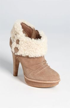This stylist does not have an aversion to UGG Australia , however, I do have a problem with the outfits that come as a result of them. Comfy doesn't have to be sloppy. This is a great example of Uggs at their finest. Even if you aren't headed to the ski slopes, you can pretend you are with these fun winter booties! ugg Cyber Monday View More: www.yi5.org