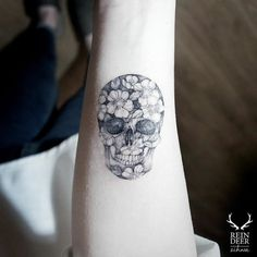 Tiny floral skull by Zihwa