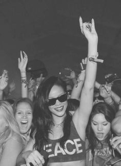 imagine being in a crowd and turning round to see rihanna dancing next to you