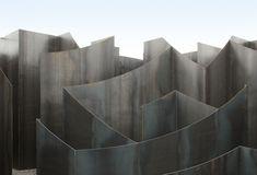 Gijs Van Vaerenbergh cria uma instalação labiríntica no centro de artes de Genk,© Filip Dujardin