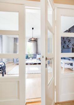 Double doors to the living room, 50s spririt