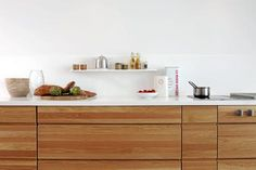 Kjøkken I Eik Med Hvit Core Benkeplate.