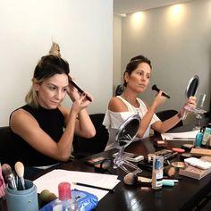 Aquela bagunça que a gente tanto ama né?! Hoje participei de um curso de automaquiagem onde eu aprendi MUITA técnica truques e dicas que não sabia!!! Gente por mais que a gente ache que entenda de maquiagem (como eu ) de fato só fazendo um curso com uma profissional para realmente saber como fazer uma pele perfeita um contorno estilo Kim e um olho esfumado sem marcação ou sujeira! Amei @maianabonotto  VEM AÍ NOVIDADES!!! Já estamos com um projeto para completar esse curso de automaquiagem…