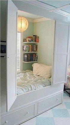 En innebygd boks med en seng i liksom? Haha, elsker ideen, men blir litt vel innesperra kanskje ;)
