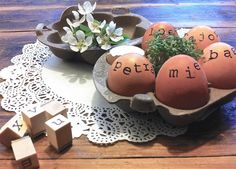 eieren versieren met stempels | http://www.woonschrift.nl/eieren-versieren-met-stempels/