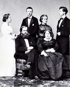 A Família Imperial: (em pé) dona Isabel, Conde d'Eu, dona Leopoldina e dom Luís Augusto; (sentados) dom Pedro II e dona Teresa Cristina