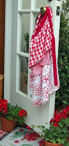 Red and White Vintage Apron and Red Geraniums White Cottage, Cottage Style, Cozy Cottage, Cottage Living, Living Room, Kitsch, Red Geraniums, Living Vintage, Aprons Vintage