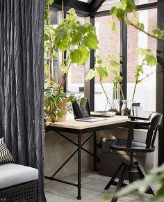 Schaffe dir einen entspannenden Ort, an dem du dich konzentrieren kannst, obwohl sich andere in der Nähe aufhalten (im Bild KULLABERG Schreibtisch).