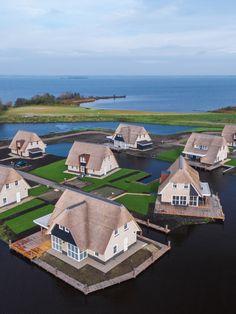 In het mooiste merengebied van Nederland, direct aan het Tjeukemeer in Friesland, ligt het luxe recreatiepark Watervilla's Friese Meren met 50 schitterende watervilla's. De villa's hebben een rieten kap en doorleefde gevelstenen. Samen met de landschappelijke tuinen is dit in perfecte harmonie met de natuur. De struik- en boomsoorten die in het omringende landschap te vinden zijn, zijn doorgetrokken in het villapark en in de tuinen van de villa's. Golf Courses, Sports, Seeds, Hs Sports, Sport, Exercise