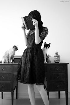 Cats and woman / Black and White Photography I Love Books, Good Books, Fotografia Social, Woman Reading, Reading People, Crazy Cat Lady, Black And White Photography, The Dreamers, Fashion Photography