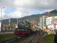Tren en funcionamiento durante una tarde nublada en la ciudad colombiana.