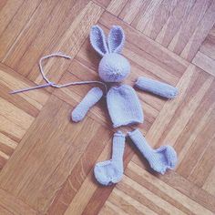 when there are two identical nieces on their way.there is no option but to knit lilac bunnies little cotton rabbits Julie Williams - Knitting Projects, Crochet Projects, Knitting Patterns, Yarn Crafts, Diy Crafts, Knitted Teddy Bear, Little Cotton Rabbits, Knitted Animals, Rabbit Toys