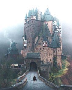 The Medieval Eltz Castle located in Wierschem, Germany, has been owned and occupied by the same branch of family for over 850 years, or 33 generations to be exact. Germany Доступ к нашему блогу гораздо больше информации http://storelatina.com/germany/travelling #viajem #viagemalemanha #Alemanha #germanytravel