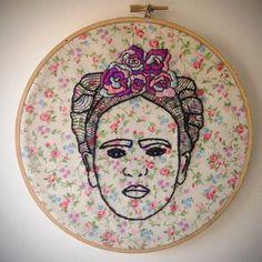 Un dune broderie main aimable de Frida Kahlo. Compléter avec le cercle à broder et la valeur sur un fond de belle fleur à motifs, cela ferait un