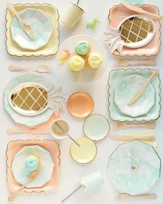 New marbled plates in a Spring palate! (And those shiny gold pineapple plates!)  From the @ohhappydaypartyshop
