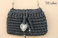 Schema in italiano & English pattern Bag Crochet, Crochet Clutch, Crochet Diy, Crochet Handbags, Crochet Purses, Love Crochet, Crochet T Shirts, Yarn Bag, Craft Bags