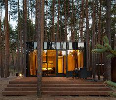 Dans la région ukrainienne de Poltava, vous pouvez trouver ces charmantes guest houses en plein coeur d'un parc.  Chaque structure à ossature métallique légère est située sur une base vissée, a un mètre au-dessus du sol. Cela permet un montage rapide de la structure sans nuire au paysage environnant, en particulier aux systèmes racinaires de la pinède. L'intérieur est simple, confortable, à base de bois et l'extérieur reflète la forêt autour d'elle grâce à un revêtement en miroir.