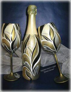 Wine Bottle Glasses, Wine Bottle Art, Painted Wine Bottles, Diy Bottle, Painted Wine Glasses, Glass Bottle Crafts, Glass Bottles, Pot Mason, Glass Painting Designs
