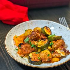 Sometimes on cold days, a colourful and hearty meal like this Syn Free Spanish Pork and Potato Bake is just what is needed! Full of flavour and super simple to make, it& have you thinking of the Spanish sunshine in no time! Vegetable Recipes, Beef Recipes, Cooking Recipes, Healthy Recipes, Healthy Options, Recipies, Spanish Pork, Slimming World Recipes Syn Free, Speed Foods