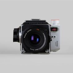Photographers Isaac Blankensmith and Eddie Cohen worked on a photo hack where they combined a Hasselblad and FujiFilm Instax together for one unique instant camera. Medium Format Photography, Retro Photography, Photography Camera, Jad, Medium Format Camera, Classic Camera, Instant Camera, Camera Nikon, Vintage Cameras
