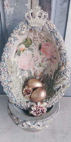 Easter egg décor I made half an egg and worked with roses on the inside and dressed entirely with ornaments Egg is on one foot and I have also worked it with ornaments Egg height is +/_ 22 cm A very nice specimen, of which I only made one. Easter Egg Crafts, Easter Gift, Easter Eggs, Easter Decor, Paper Mache Projects, Easter Egg Designs, Iron Orchid Designs, Ornament Tutorial, Easter Chocolate