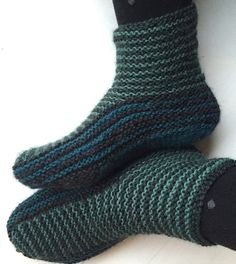 Free Knitting Pattern for Grown-Up Garter Booties - Maria Sus designed these garter-stitch slippers that are shaped with short rows. Great for multi-color yarn or stash-busting! - Crochet and Knit Knitted Booties, Knitted Slippers, Slipper Socks, Baby Booties, Knitted Bags, Loom Knitting, Knitting Socks, Free Knitting, Knit Socks