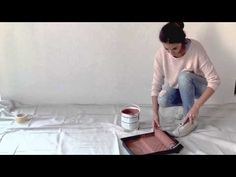 En nuestros vídeos tutoriales descubrirás nuevas ideas para pintar tu hogar. En este vídeo te contamos cómo pintar una pared de dos tonalidades distintas darle un toque de originalidad a tu hogar.