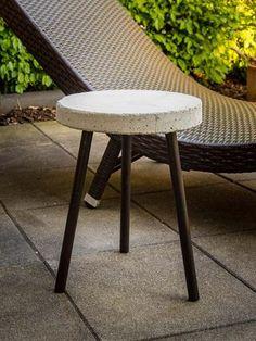 Bastelanleitung für einen Beistelltisch aus Beton. Einfache DIY Anleitung für einen Betontisch für die Terasse oder den Balkon. Einfach zum selber machen.