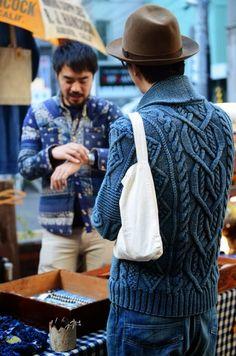 Knit men aran blue. Street style. Синий арановый жакет или пуловер с аранами спицами. Уличная мужская мода