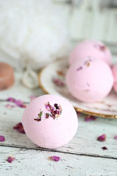 Learn how to make bath bombs. Many DIY Bath Bombs for you to make at home.Not only are homemade bath bombs fun to make, but they are wonderful gifts as well. Wine Bottle Crafts, Mason Jar Crafts, Mason Jar Diy, Diy Hanging Shelves, Floating Shelves Diy, Diy Home Decor Projects, Diy Projects To Try, Outdoor Projects, Craft Projects
