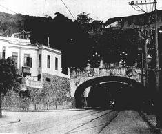 T Velho boca Botafogo Nessa foto vemos a boca de Botafogo do Túnel Velho, pouco mais de 15 anos depois de suas últimas reformas de duplicação entregues na Adm. Prado Júnior. Vemos que todos os elementos da reforma neo-colonial ainda estavam presentes, ANOS 40