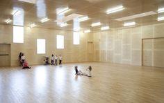 A Calais, dans le nouveau quartier du Beau Marais, les architectes Pierre Frinault et David Jouquand de l'agence Remingtonstyle signent la construction de cette nouvelle salle de sports et de danse. Fait de béton et de bois, le projet s'habill...