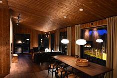 Leve Hytter har laget hytte for maksimalt utsyn. Conference Room, Table, Furniture, Home Decor, Decoration Home, Room Decor, Meeting Rooms, Home Furniture, Interior Design