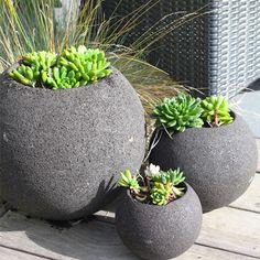 love the simple application great for balconies Stone Planters, Outdoor Planters, Planter Pots, Landscaping Design, Pool Landscaping, Succulent Arrangements, Succulents, Flagstone Patio, Bbq Area