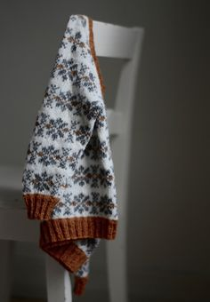 Week 2: Love the simplicity, blurry background in this picture. It is good to create contrast because the cardigan has a detailed pattern and that is clearly in the focus in this picture. Barnegenseren Stjerner