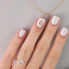 weiße und goldige Nägel