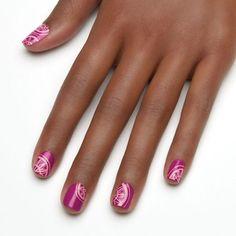 schliche Fingernägel mit toller Dekoration, violetter Nagellack, Sommernägel