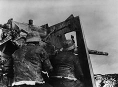 The end of the Blitzkrieg: German artillery on the Eastern Front on a photograph of 30 March 1943. Many soldiers suspected even then that the Wehrmacht had lost the war a long time ago. After the disaster at Stalingrad in the winter of 1942, the initial euphoria & rapid progress was finally dissipated.