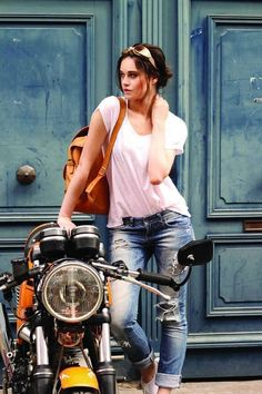 www.caferacerpasion.com #motorcyclesgirls #chicasmoteras | caferacerpasion.com