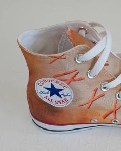 Stylische Designer Sneakers Converse mit originalem Kunstwerk 'Zeitgeist' veredelt (bedruckt). Lebe den neuen Trend und kreiere Deinen persönlichen Look. #sneakers #mode #schuhe #outfits #damen Designer Sneakers, Sneakers Mode, Outfits Damen, Leggings, Shopper, Neue Trends, All Star, Baby Shoes, Converse