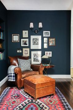 un-fauteuil-de-lecture-en-cuir-pour-le-salon-baroque-murs-bleu-foncé. My Living Room, Home And Living, Small Living, Dark Blue Living Room, Modern Living, Living Area, Living Room Decor Blue Walls, Blue Feature Wall Living Room, Farrow And Ball Living Room