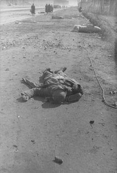 Убитый немецкий солдат на улице Берлина