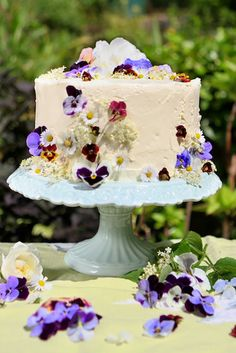 Amelie's House: Decorating cakes with real flowers - a recipe for gooseberry and elderflower cake and decorating instructions