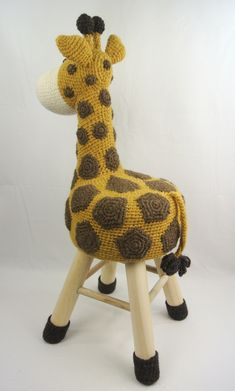 Dieren kruk haken giraffe Haakpret Crochet Diy, Crochet Home, Crochet Crafts, Crochet Dolls, Yarn Crafts, Crochet Projects, Giraffe Crochet, Crochet Animals, Crochet Furniture