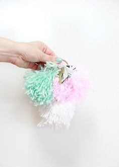 You guys, this is the first time I have pom pom-ed. I want to pom pom all the things. I love all the colors of yarn available- I can pom pom every color ever… Right now, I am in the mood for Spring, so I love this minty green and pastel pink. Christmas Gifts To Make, Diy Holiday Gifts, Easy Diy Gifts, Homemade Gifts, Christmas Diy, Holiday Ideas, Christmas 2017, Family Christmas, Holiday Crafts