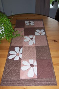 Peek a boo daisies Mais Table Runner And Placemats, Quilted Table Runners, Small Quilts, Mini Quilts, Skinny Quilts, Place Mats Quilted, Quilted Table Toppers, Quilting Projects, Quilting Ideas