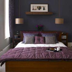 Blauw, paars, goud en donker hout combineren mooi samen.