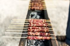 I 5 migliori posti dove mangiare gli Arrosticini a Pescara (secondo noi) Meat Skewers, Bar B Q, Simple Pleasures, Lamb, Sausage, Grilling, Stuffed Peppers, Cooking, Recipes