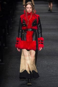 Alexander McQueen Fall 2017 Ready-to-Wear Fashion Show Collection: See the complete Alexander McQueen Fall 2017 Ready-to-Wear collection. Look 24 Red Fashion, Fashion Week, Fashion 2017, Daily Fashion, Autumn Fashion, Street Fashion, Alexander Mcqueen 2017, Alexandre Mcqueen, Sarah Burton
