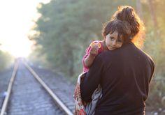 Le foto più belle del giorno - 29-08-2015 La strada ferrata dell'emigrazione: mamma e bambino risalgono la ferrovia verso l'Ungheria, di primo mattino, dopo aver varcato il confine serbo (Reuters/Szabo)